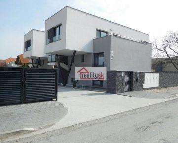 PREDAJ 3i byt v centre Rovinky (Školská), uzavretý areál, veľká terasa + loggia, pivnica, 2 park.miesta