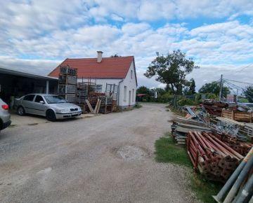 Veľký pozemok pri hlavnej ceste s domom 3700 m2  v Trnave!!