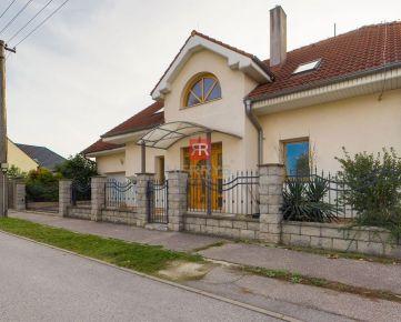 HERRYS - Na predaj priestranný 5 izbový rodinný dom s krbom, terasou a dvojgarážou v Podunajských Biskupiciach