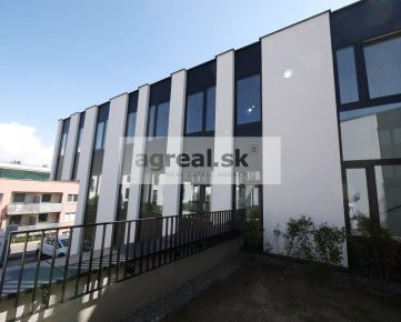 3-podlažná kancelárska budova 530 m2 s parkovaním pre 9 áut ul. Na Varte - Bratislava Vinohrady