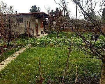 Predaj záhrady s murovanou chatkou.