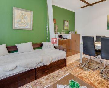 HERRYS - Na predaj 3 izbový byt s pôvodnými drevenými parketami a ihriskom za bytovým domom