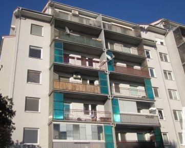 Predaj príjemný 1 izbový tehlový byt so spacím kútom a veľkým slnečným balkónom 8,88 m2 na Geologickej ulici, aj so zariadením, kúpou voľný