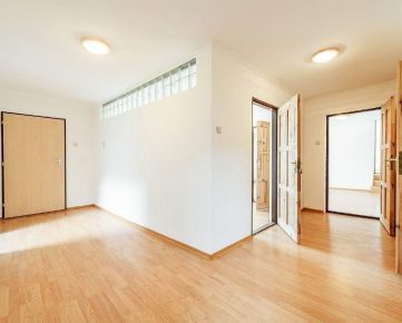 Predaj bytu 5+1 (4+1) s parkovaním a garážami pod hradom v širšom centre Trenčína pod hradom
