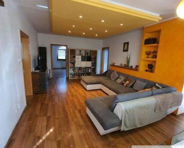 Predaj ATYPICKÝ 5 izbový podkrovný byt s dvomi krásnymi hlbokými loggiami v Prievoze, nádherný výhľad! Možnosť kúpy aj garáže v suteréne domu. Treba vidieť