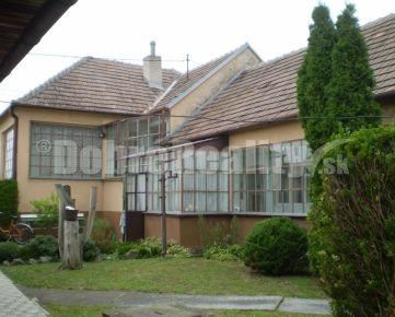 Na predaj starší zachovalý čiastočne podpivničený 4izb rodinný dom s možnosťou využitia aj ako dvojgeneračný v super obci Brestovany, ideálny pozemok 685m2 š 18m, garáž !!!!!!!