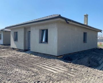 NOVINKA - kvalitné 4 izbové rodinné domy v obci Sása - Lehnice,