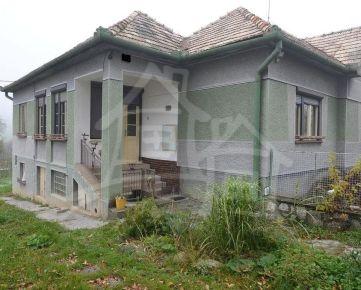 Dva gazdovské domy na okraji obce s pol hektárovým pozemkom