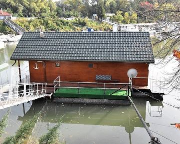 BOND REALITY - Čarovný Hausboot na predaj vo Vlčom Hrdle