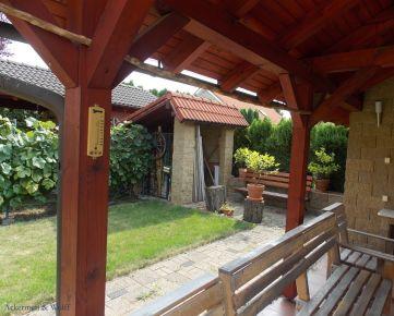 Ackerman & Wolff ponúka na predaj priestranný samostatne stojaci 5-izbový rodinný dom Bratislava s krásnou záhradou - Rusovce