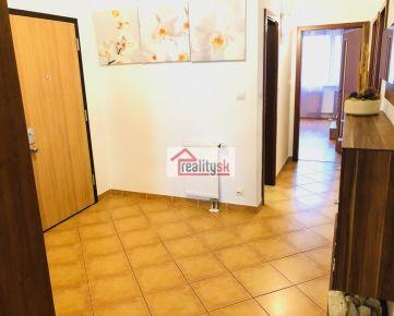 Časovo limitovaná ponuka - Priestranný a slnečný byt s balkónom a presklennou loggiou a garažovým státim (RK nevolať)