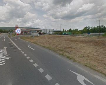 Ponúkame na predaj pozemok o výmere 3000 m2, ktorý sa nachádza na Rybničnej ulici vo Vajnoroch. Pozemok sa nachádza priamo pri hlavnej ceste a je vyvýšený. Pri pozemku sa nachádza prípojka el. energie