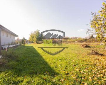 Krásny rovinatý 11 árový pozemok na predaj