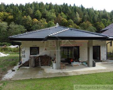 Novostavba bungalovu pod lesom s vlastnou studňou pár kilometrov od Žiliny