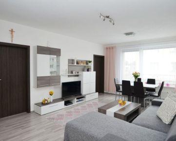 Priestranný 4 izbový byt v novostavbe s terasou a vlastným parkovaním v tichej lokalite Rovinky, Agátová ul.
