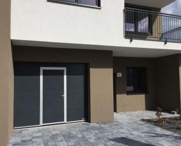 Štýlový moderný 3-izbový byt v novostavbe s garážou a predzáhradkou, pokojná štvrť s rodinnými domami