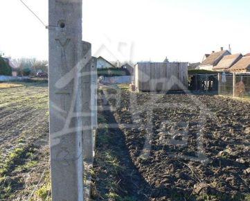 Stavebný pozemok v pokojnej časti obce Vojka nad Dunajom v blízkosti jazera