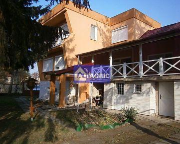 2606 - NOVÁ CENA! Na predaj veľmi pekný, priestranný rodinný dom s priamym výhľadom na Virtské jazero
