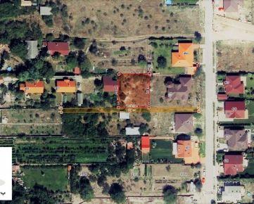 TRNAVA REALITY - široký pozemok na stavbu RD na tichej ulici v centre obce Miloslavov - Miloslava