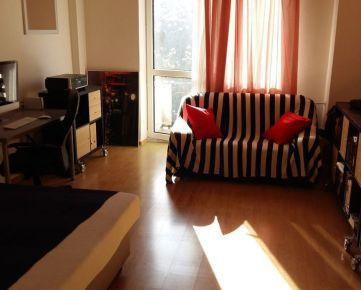 Priestranný a svetlý 1-izbový byt, Krížna ulica Bratislava I Staré Mesto. Výmera bytu je 45 m², nachádza sa na 3./6 posch. v tehlovom bytovom dome s výťahom a loggiou. Byt je orientovaný do tichého ze