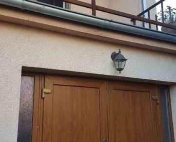 --PBS-- ++DVOJPODLAŽNÝ rodinný dom 5+1 s garážou, pozemok 446 m2, čiastočná rekonštrukcia, CÍFER++