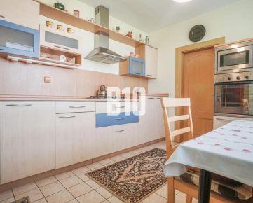 Veľký 3 a pol izbový byt v skvelej lokalite Chrenovej s dvomi balkónmi a bezproblémovým parkovaním!