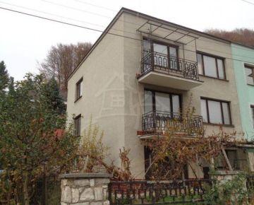 Priestranný dom v tichej ulici Hriňovej