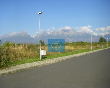Predáme vo Vysokých Tatrách ( Velká Lomnica golfový resort Black Stork ) stavebný pozemok 2.300 m2( 2 RD ), všetky inž. siete, OV ( možnosť predaja poloviny parcely, 1.150 m2 )
