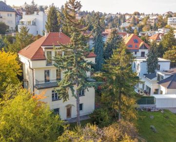 Predaj - vila v atraktívnej lokalite s nádherným výhľadom a 3 bytovými jednotkami, Staré Mesto