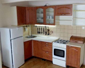 --PBS-- ++Čiastočne prerobený 1,5-izbový byt o výmere 33 m2 na Špačinskej ceste++