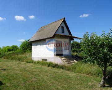 Veľký pozemok s malou chatkou a vinohradom, v krásnom prostredí za výbornú cenu.